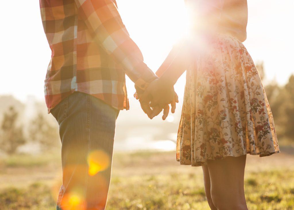 couple cover image holding hands e1612543816221 Ingin Mendapatkan Pasangan yang Tepat? Sudahkah Kamu Seperti Ini?