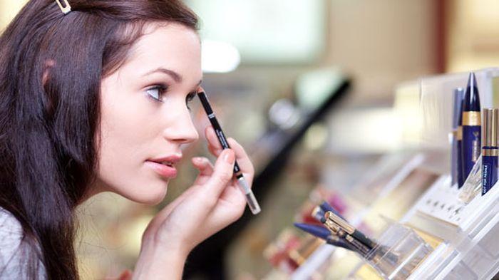 ilustrasi pakai kosmetik 20150420 171702 4 Tips Supaya Nggak Menyesal Beli Kosmetik